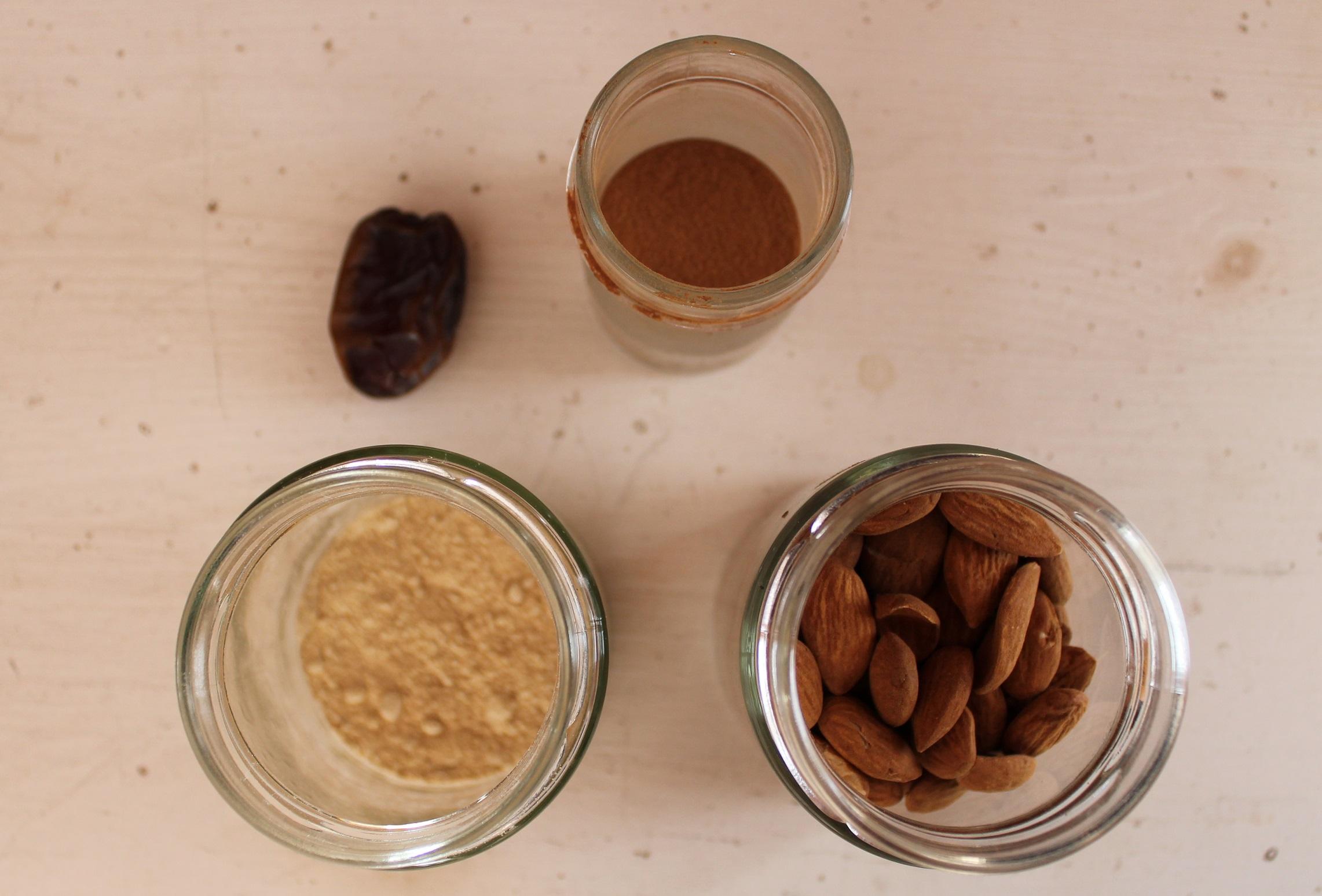 Maca Smoothie Zutaten: Maca-und Zimtpulver, Dattel, Mandeln