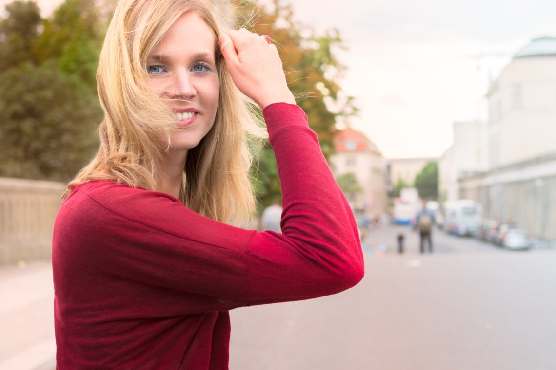 Nina Hrkalovic, die Expertin für Entschleunigung in stressigen Zeiten und ab heute deine Powerbank. Besuche mich auf www.ompure.de und erhalte Tipps, wie du weniger Stress und mehr Entschleunigung in dein Leben bringst