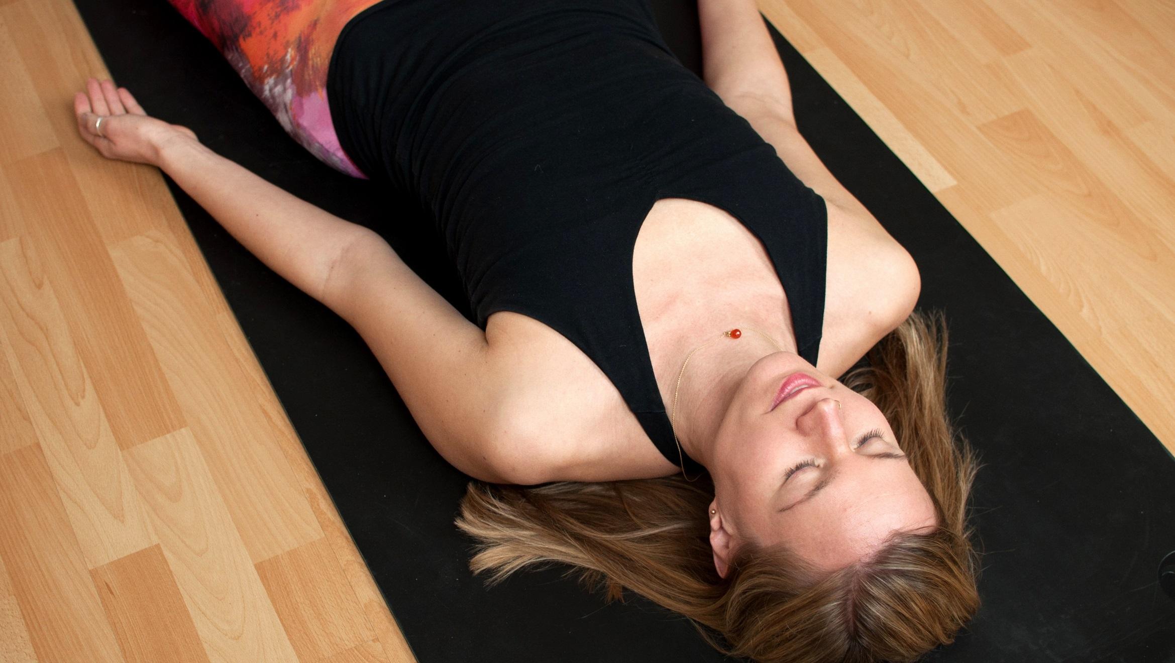 Auf www.ompure zeige ich dir, wie du Yoga Nidra und andere Erholungsinseln in deinen Alltag einbauen kannst.